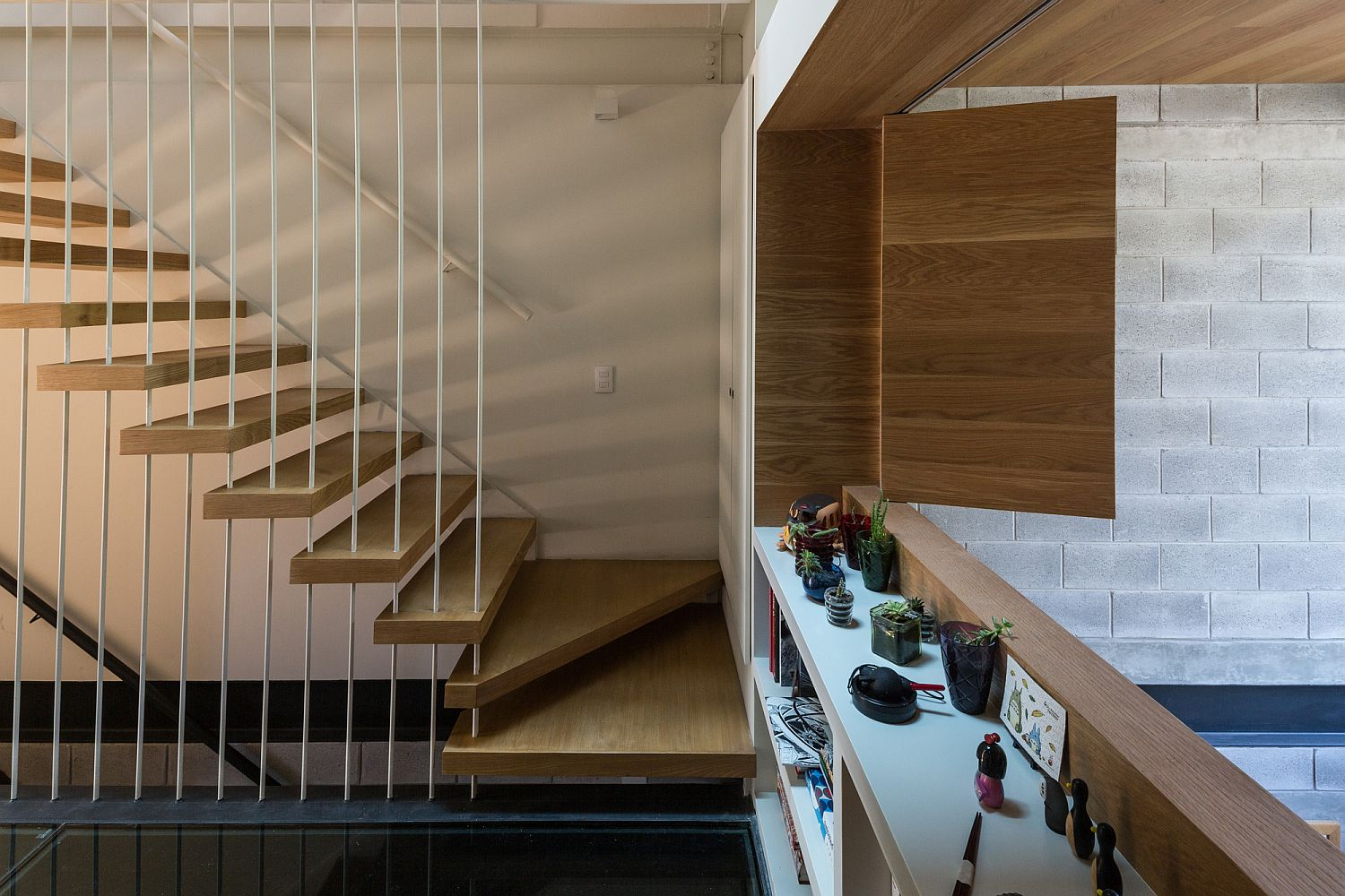 Floating style staircase in wood with metallic beams