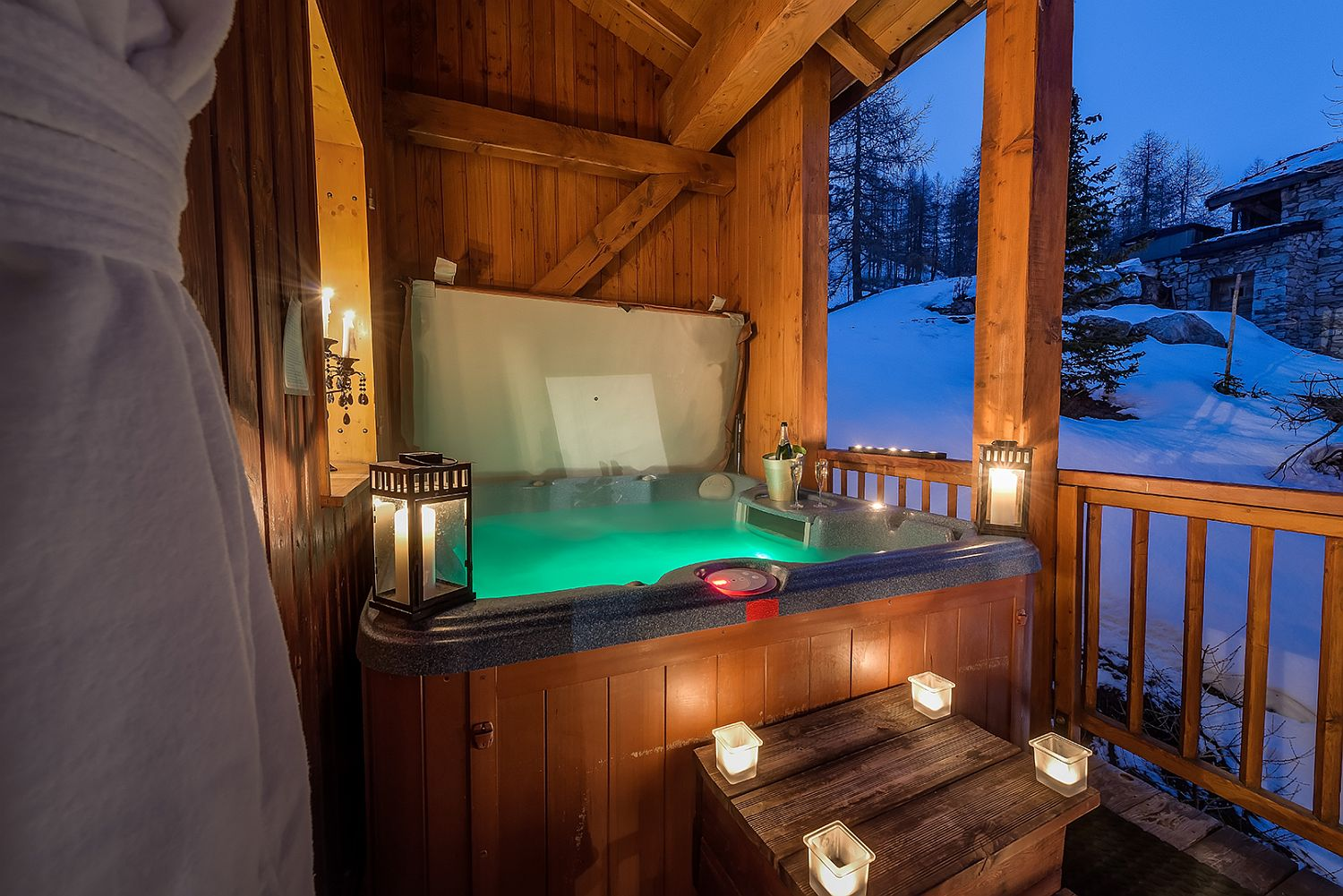 Hidden-outdoor-hot-tub-with-a-view-of-the-ski-slopes