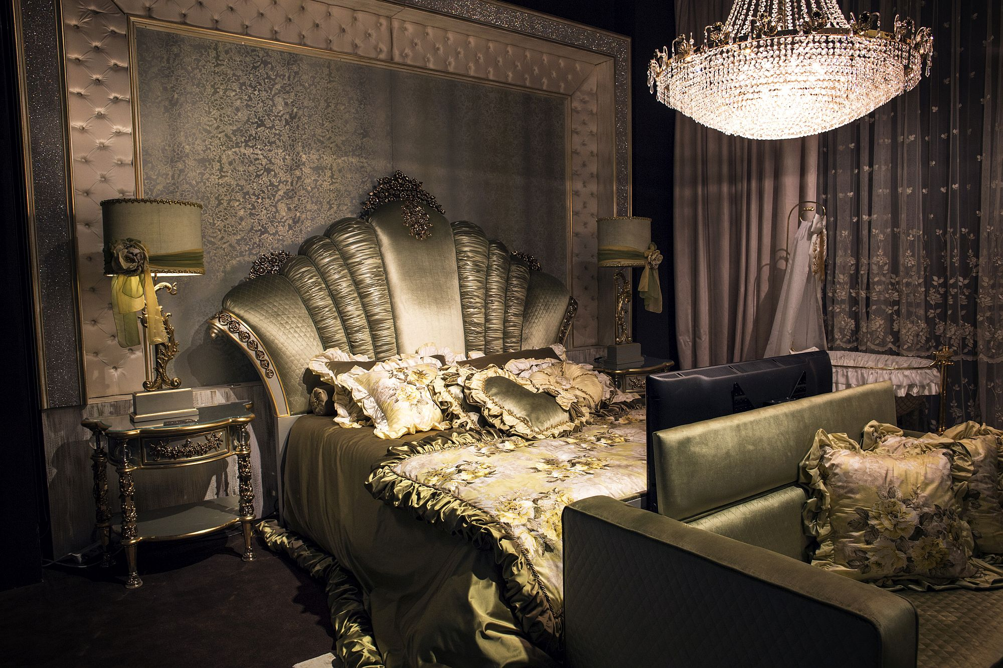 20 bedroom chandelier ideas that sparkle and delight for Opulent bedrooms