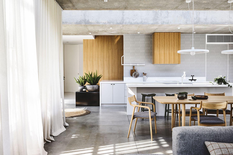White Aluminum Screen and In-Situ Concrete Create a Dramatic Kew Home