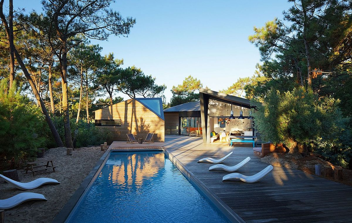 Relaxing exterior of the holiday home with natural forest around it