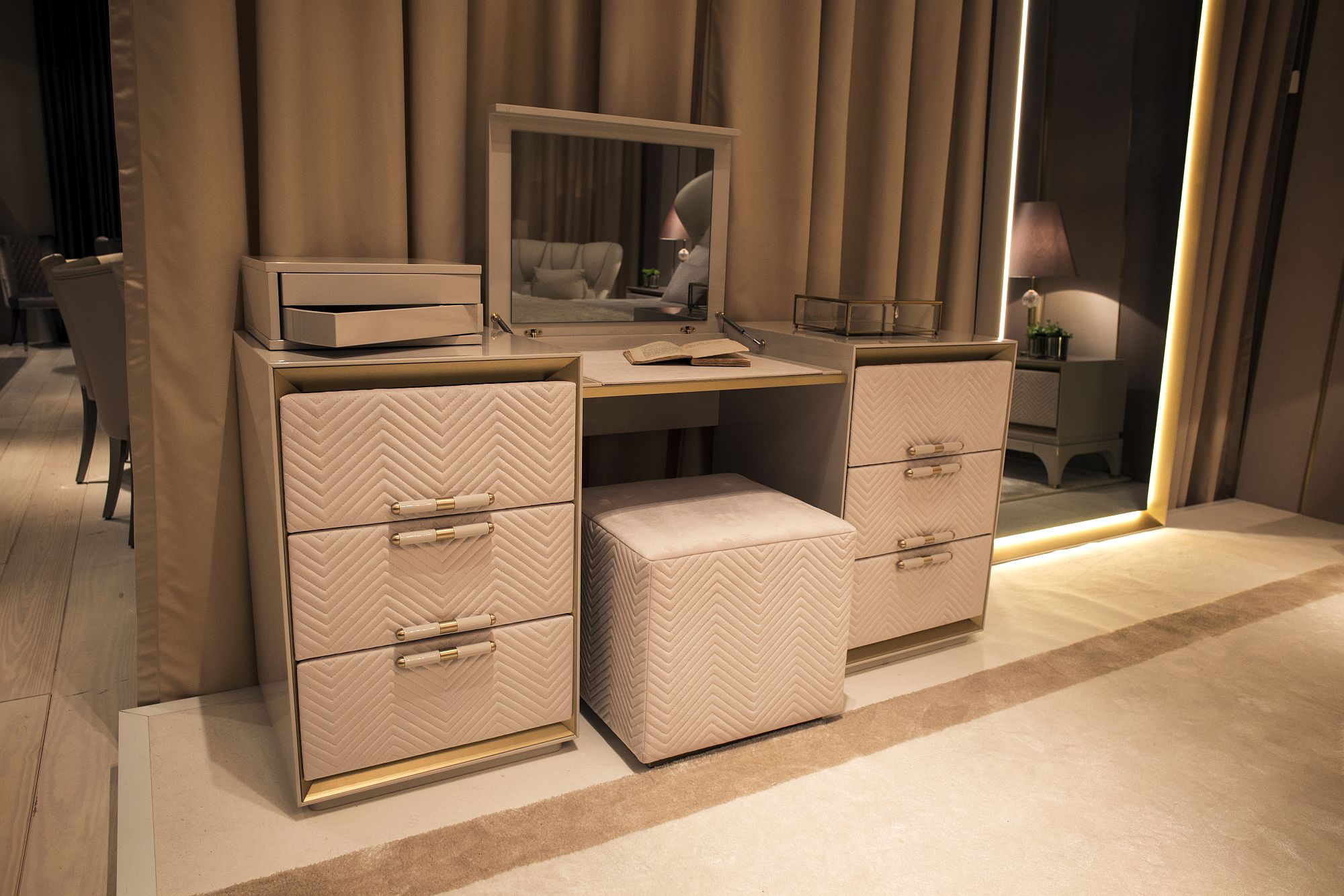 20 makeup vanity sets and dressers to complete your dream - Dresser for small room ...