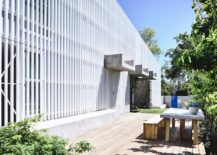 White-metal-grille-shapes-the-street-facade-of-this-contemporary-Aussie-home-217x155