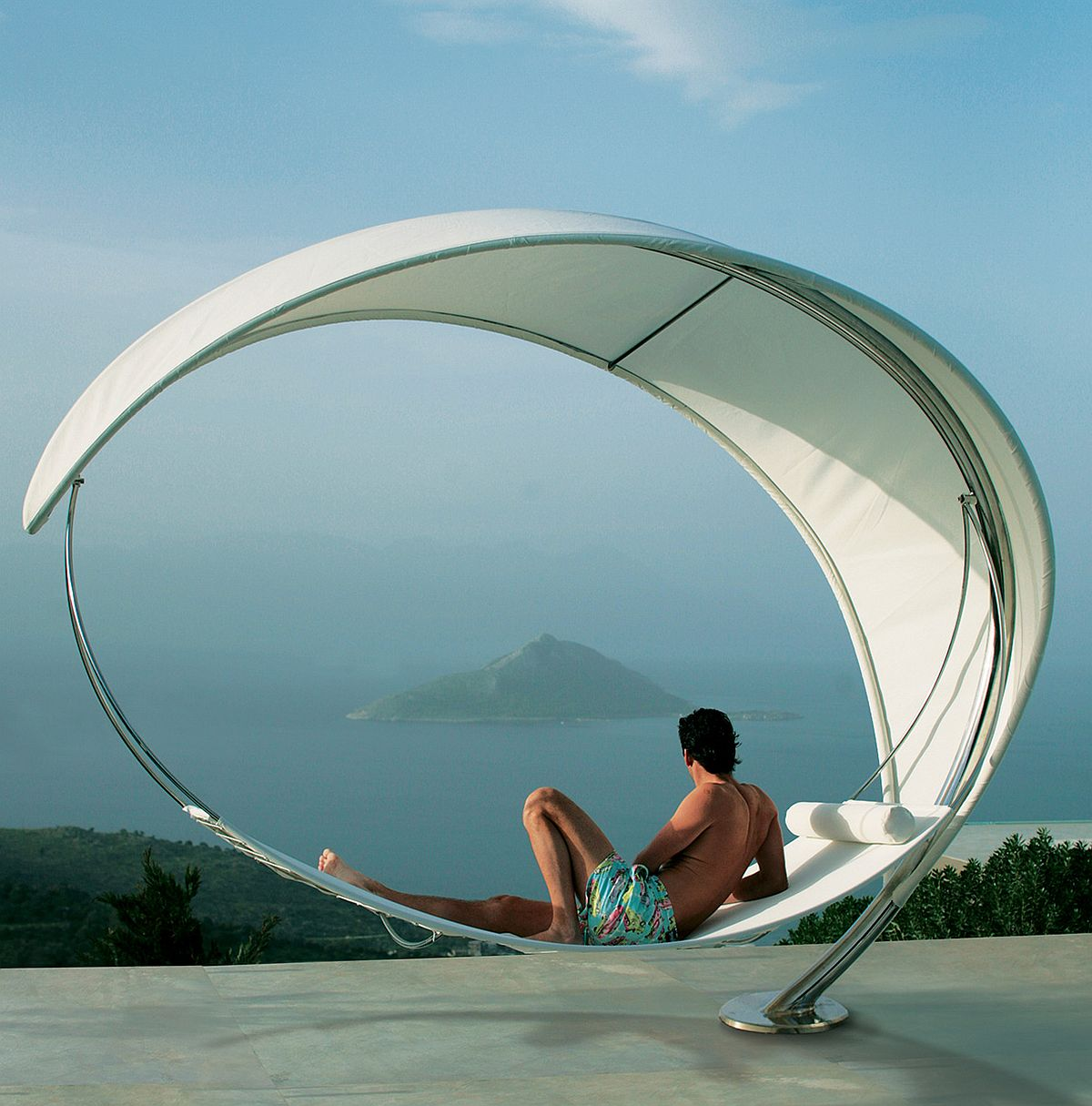 Captivating and sculptural silhouette of the Wave hammock