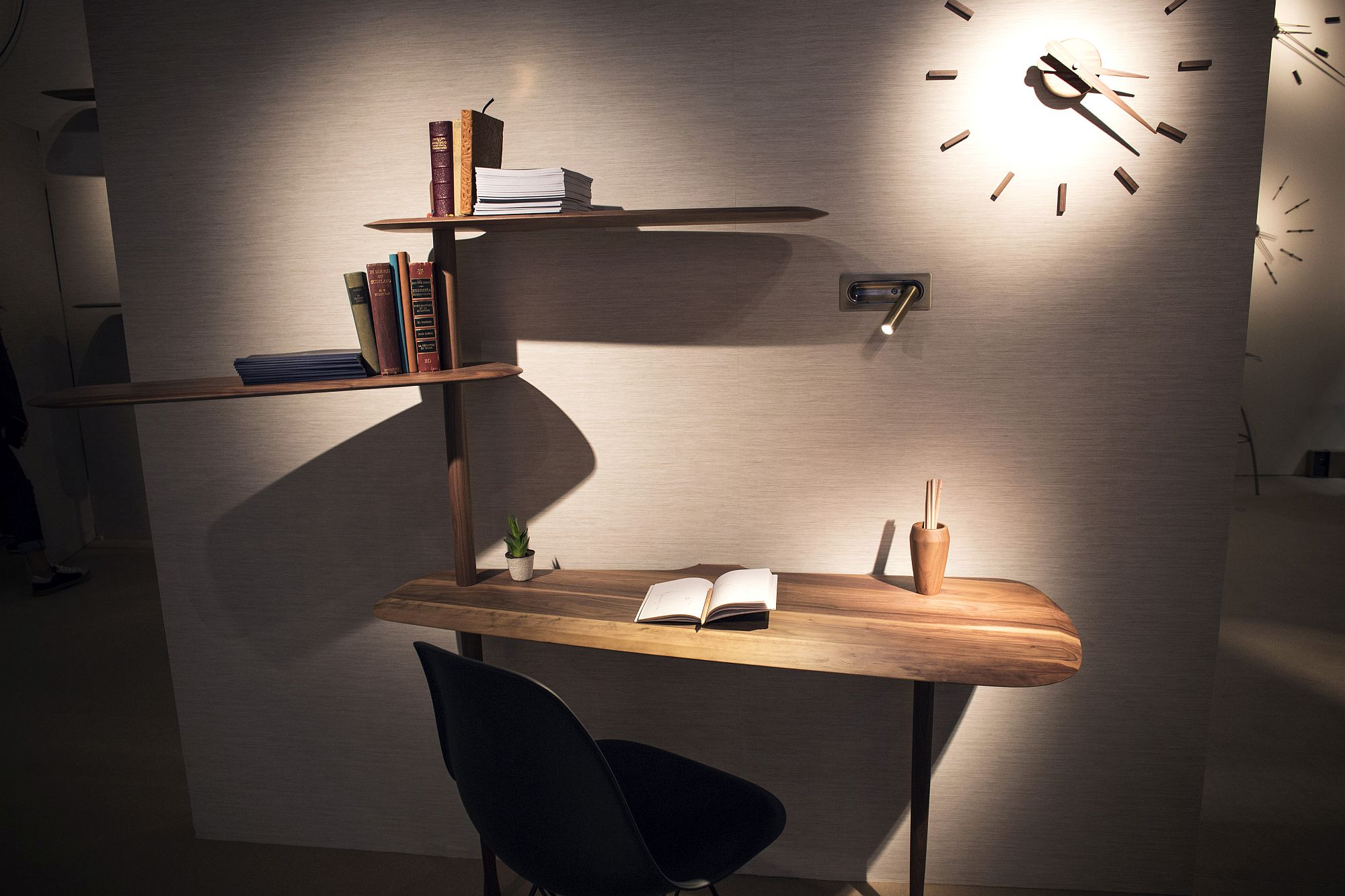 Creating-shelves-above-the-sleek-workdesk-beat-the-plain-old-shelves-any-day