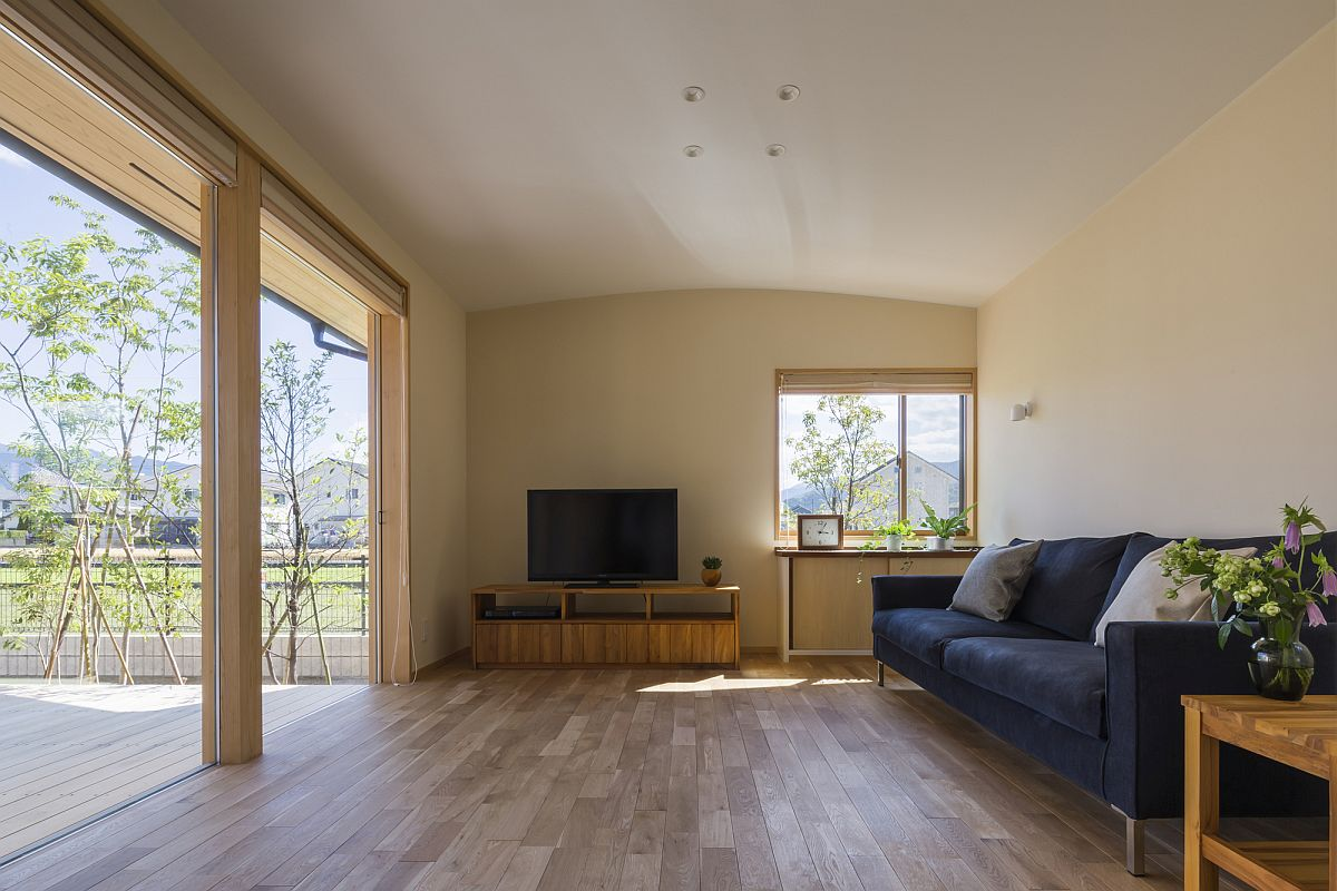 Flooring in wood connects the interior with the deck outside