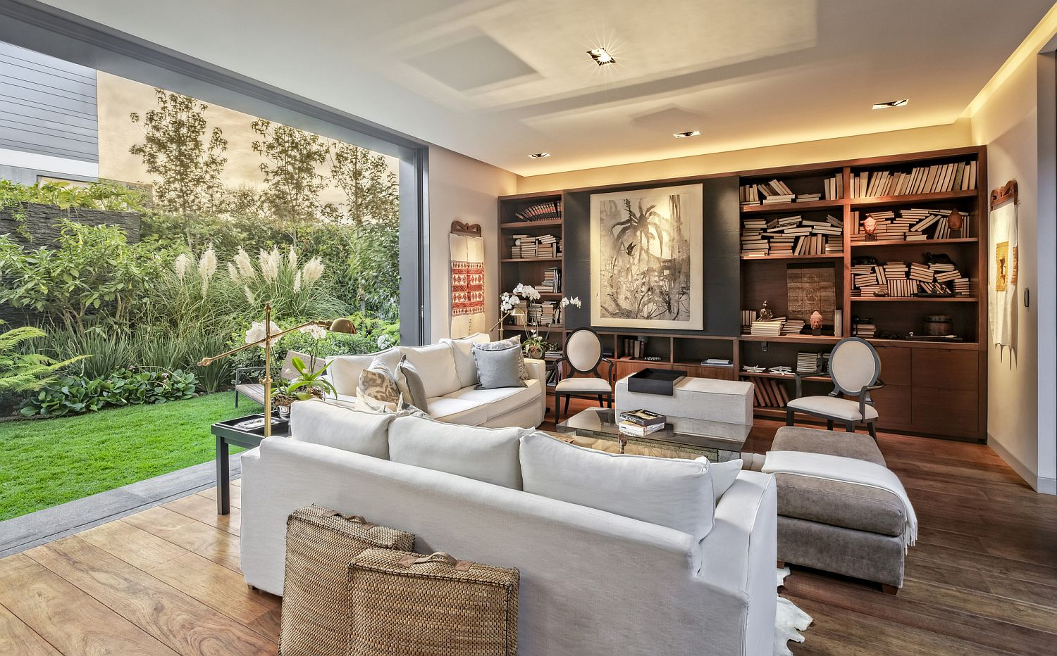 Relaxing decor and a view of the green yard shape an open and inviting living space
