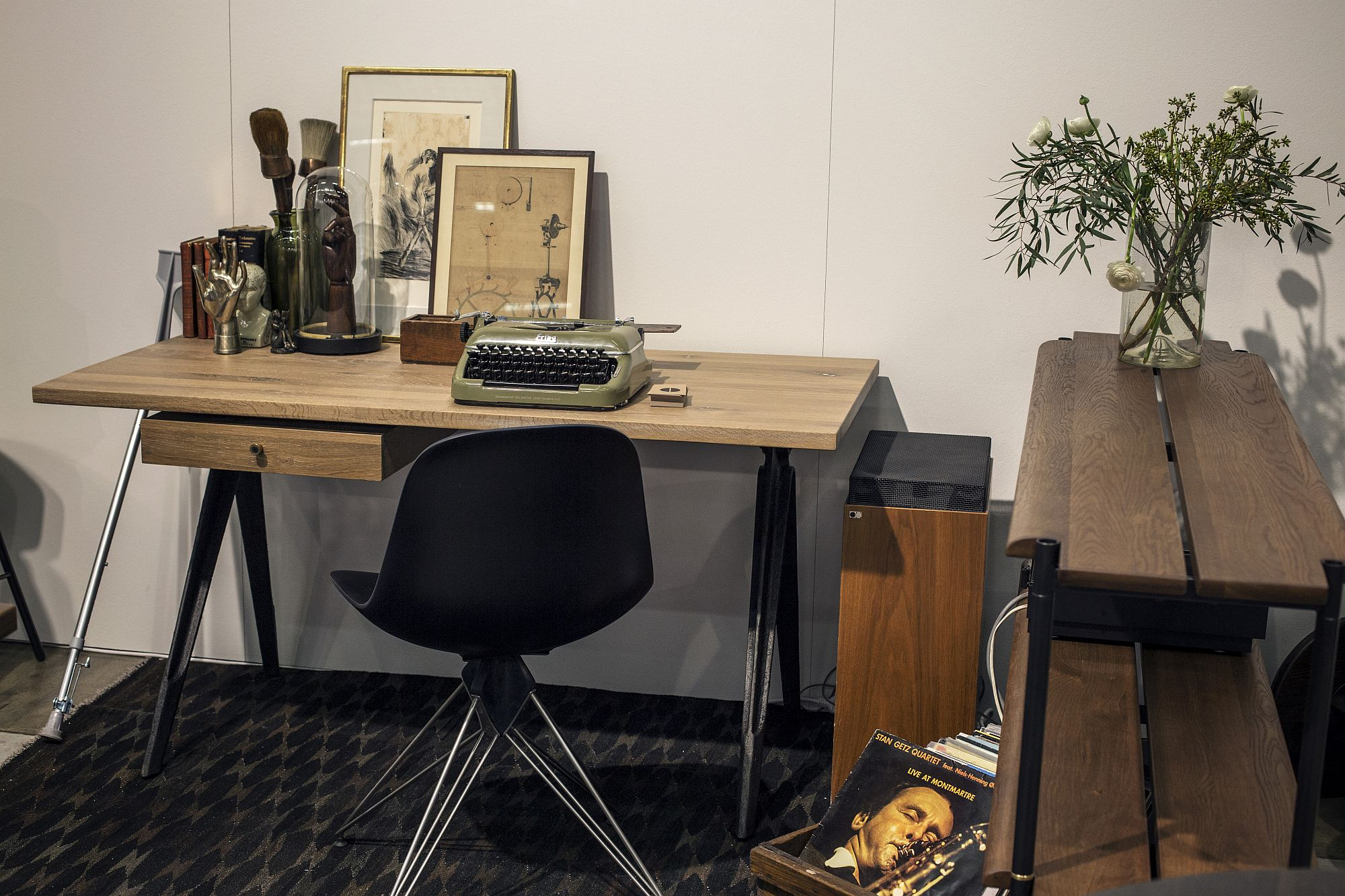 Slim and stylish worksdesk in wood and metal