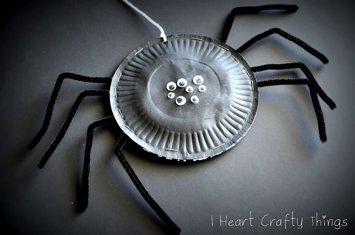 A Closer look at the DIY Paper Plate Spiders