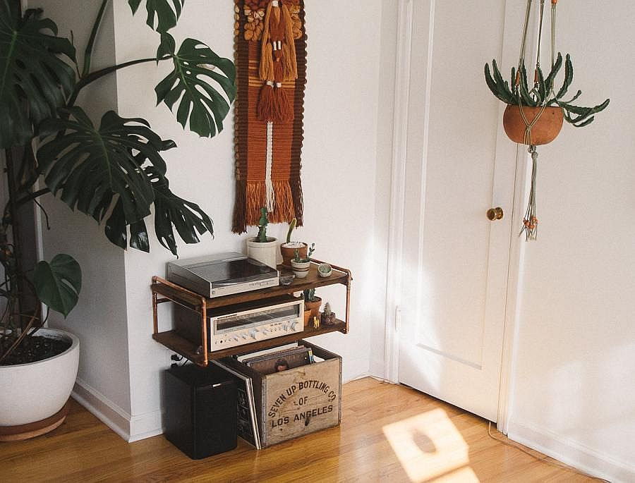 Cool-and-clever-wood-and-copper-pipe-DIY-shelf-for-the-small-apartment