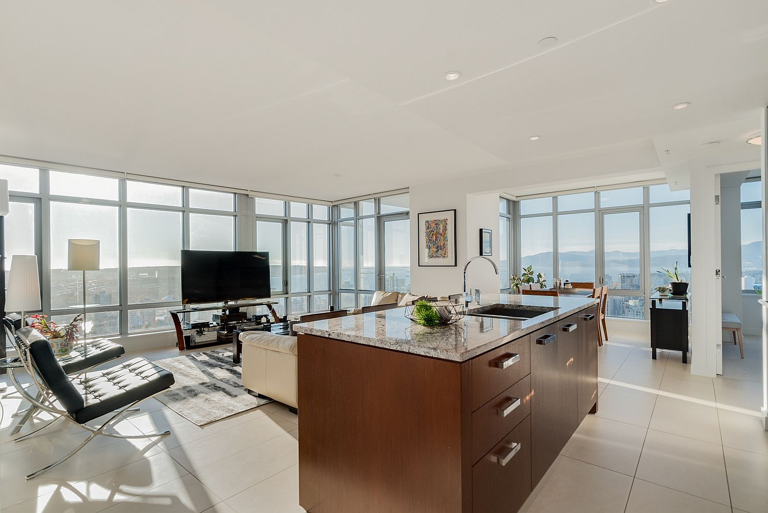 Floor-to-ceiling-glass-windows-bring-in-spectacular-views