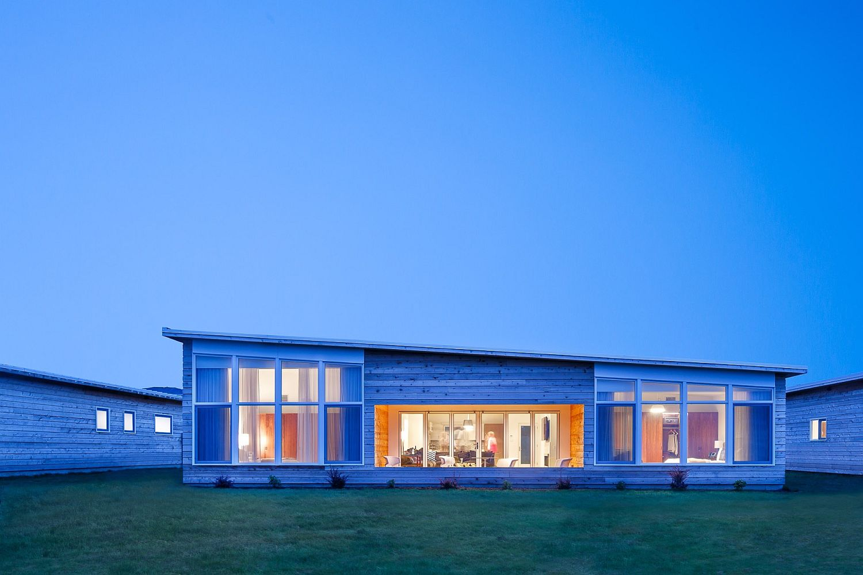 Lovely-large-windows-bring-the-gorgeous-landscape-inside