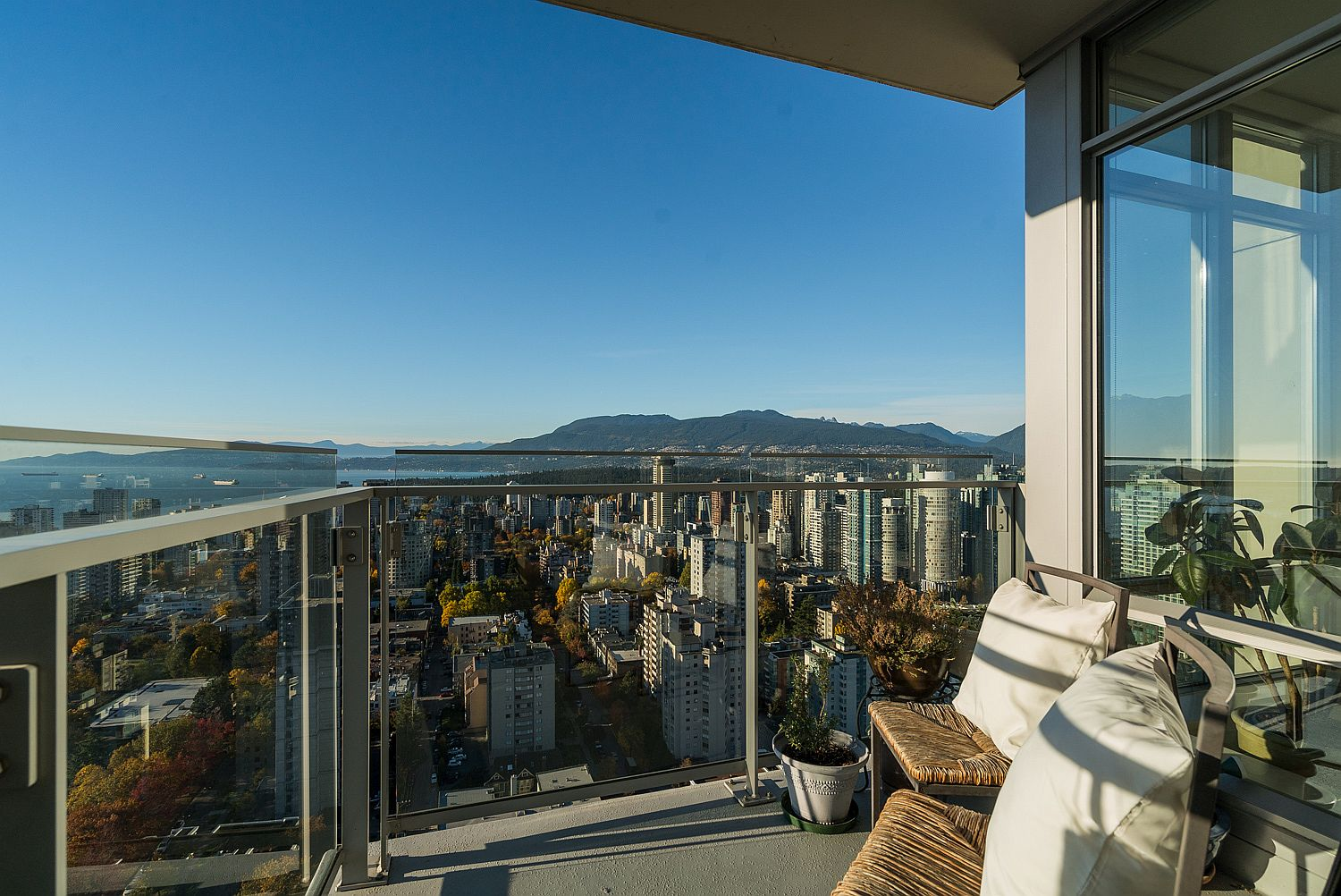 Small-balcony-of-the-36th-floor-luxury-condo-with-memserizing-view-of-the-Bay-Area