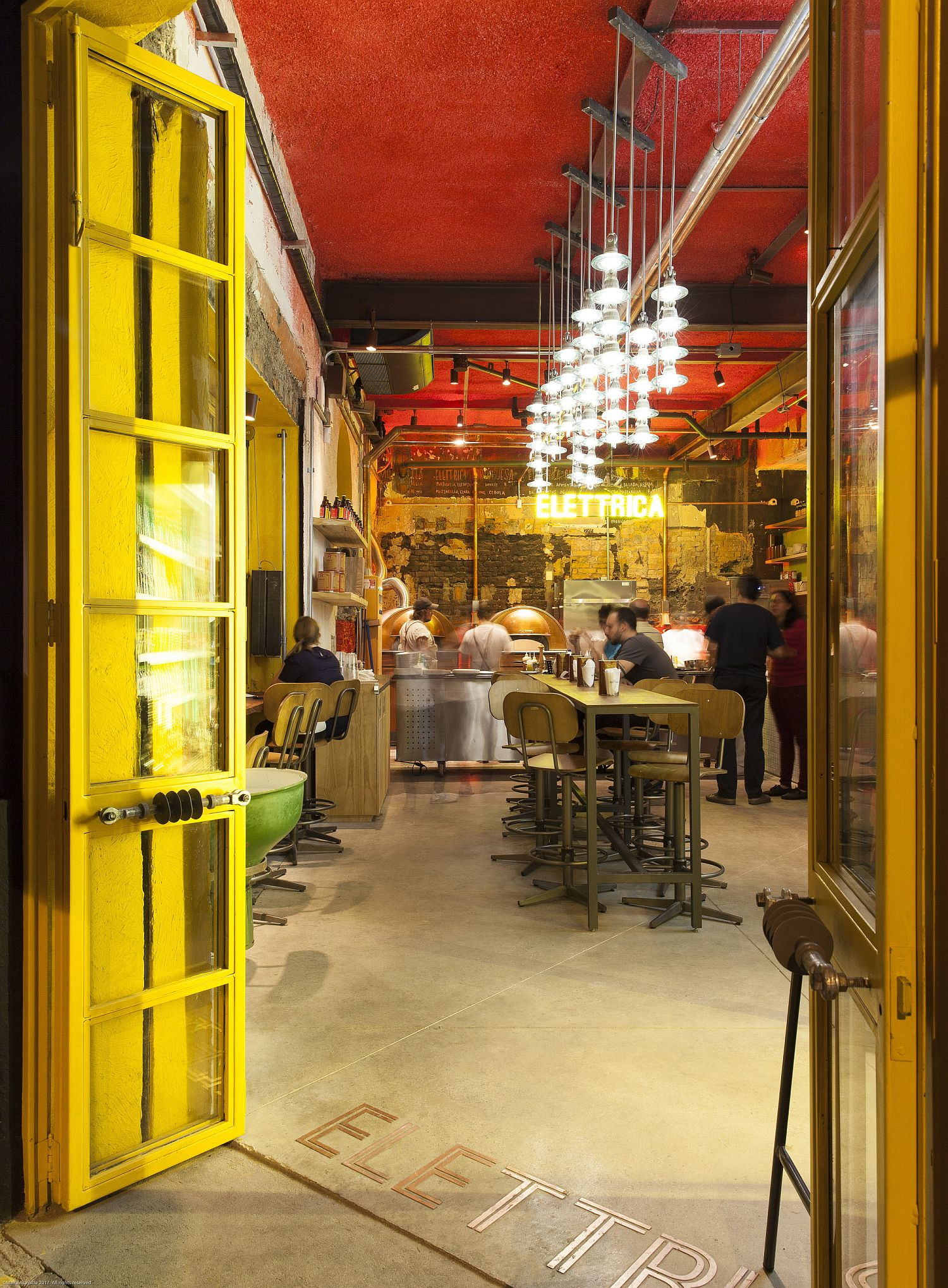 Bráz-Elettrica-Pizza-Restaurant-has-a-casual-and-vibrant-appeal