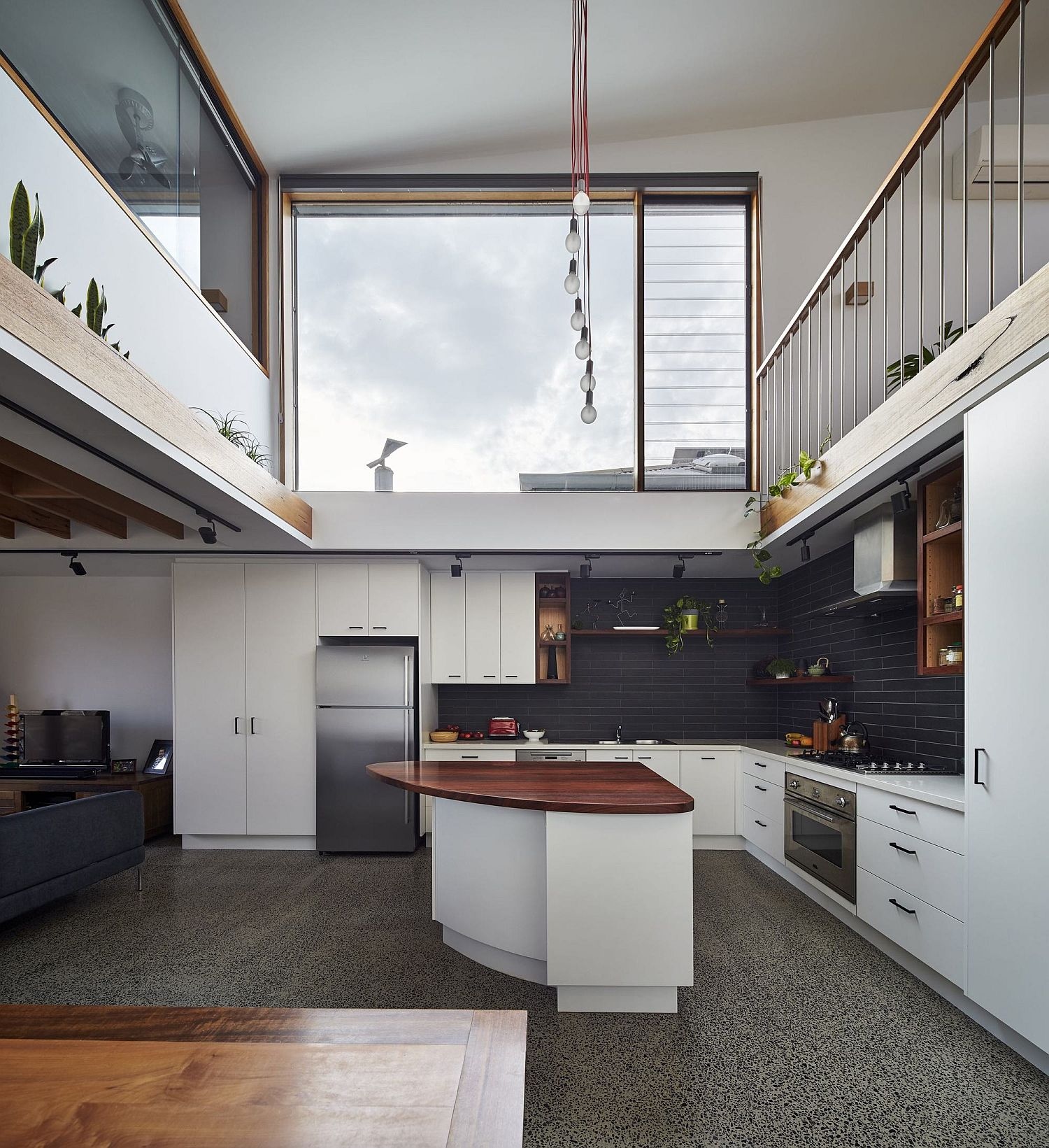 Central-void-of-the-house-with-kitchen-and-an-angular-island