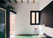 Contrast-between-light-and-dark-elements-creates-a-stunning-modern-apartment-217x155
