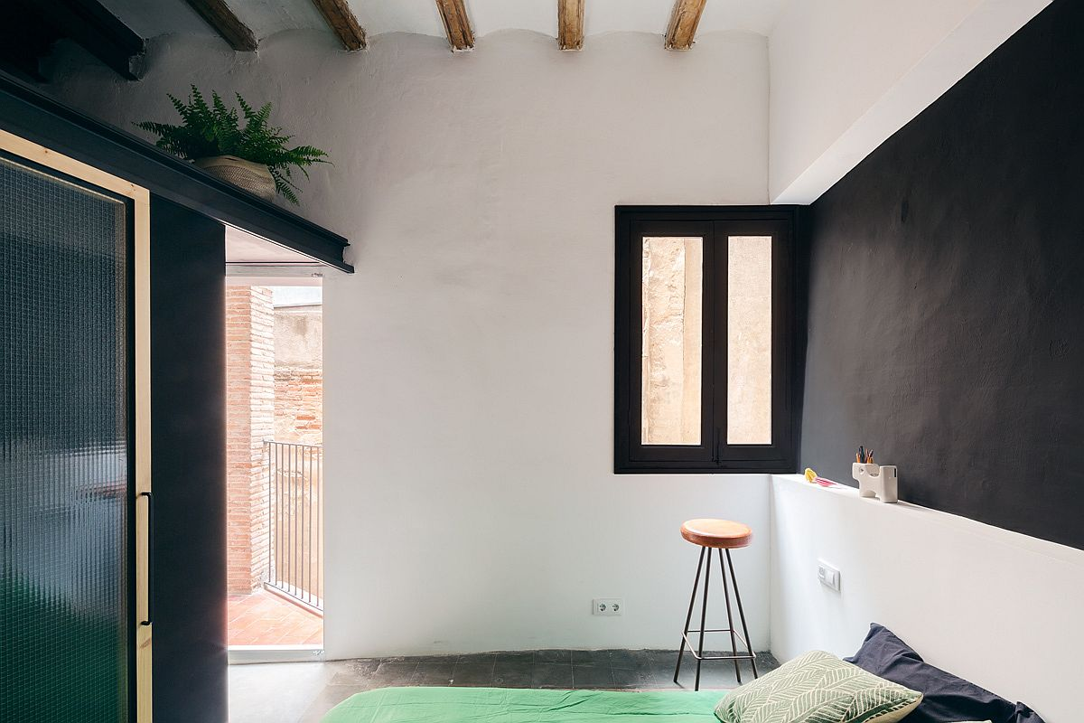 Contrast between light and dark elements creates a stunning modern apartment