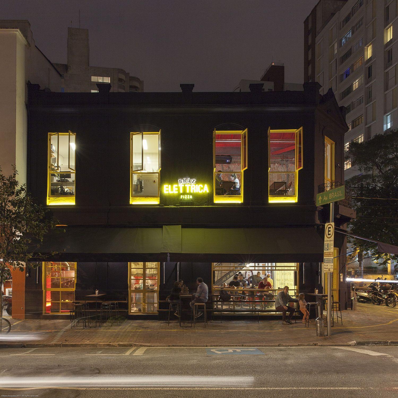 Dark street facade of Bráz Elettrica Pizza Restaurant