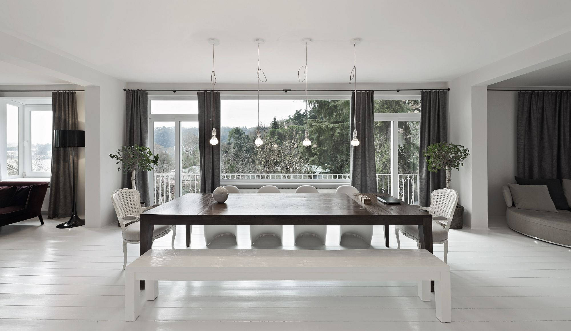Expansive-white-interior-of-the-Istanbul-home-with-a-spacious-dining-area
