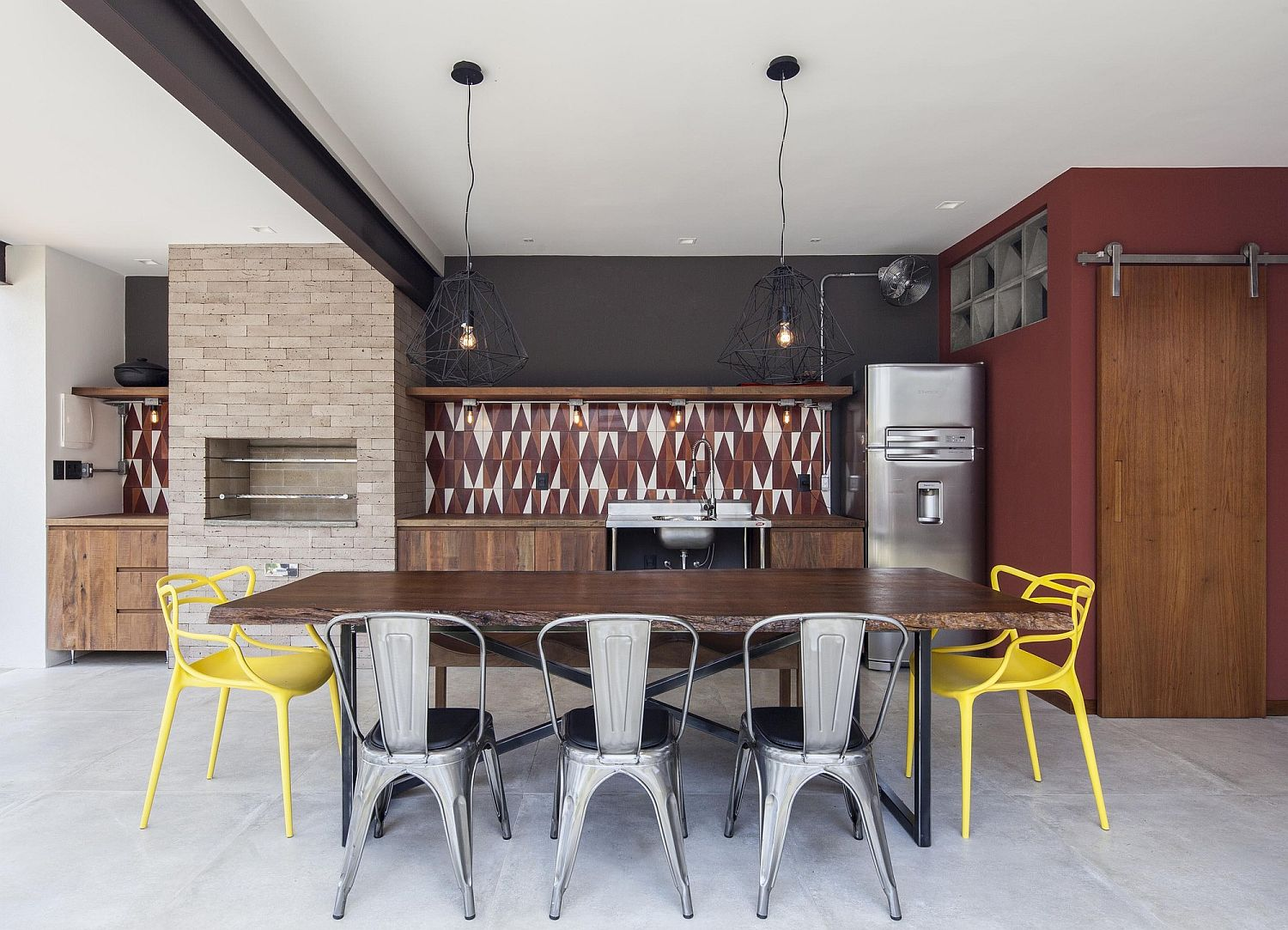 Exquisite-pendants-and-pops-of-yellow-make-a-big-visual-impact-in-the-dining