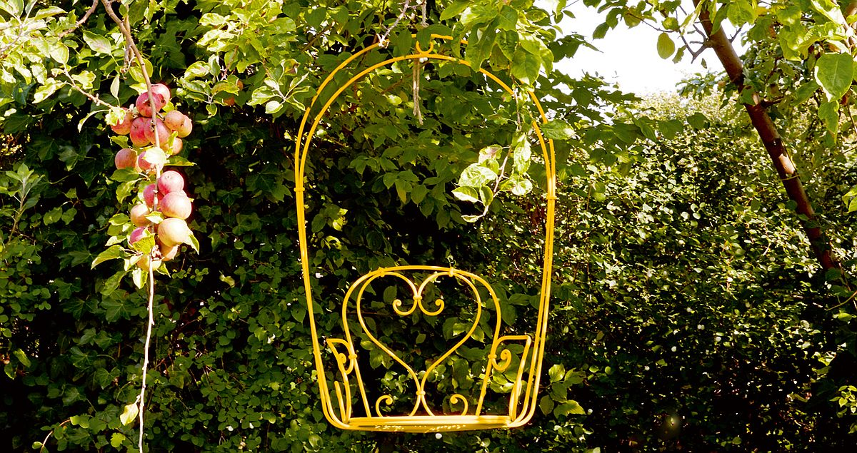 Give your garden an enchanting and whimsical makeover with the 1900 hanging armchair