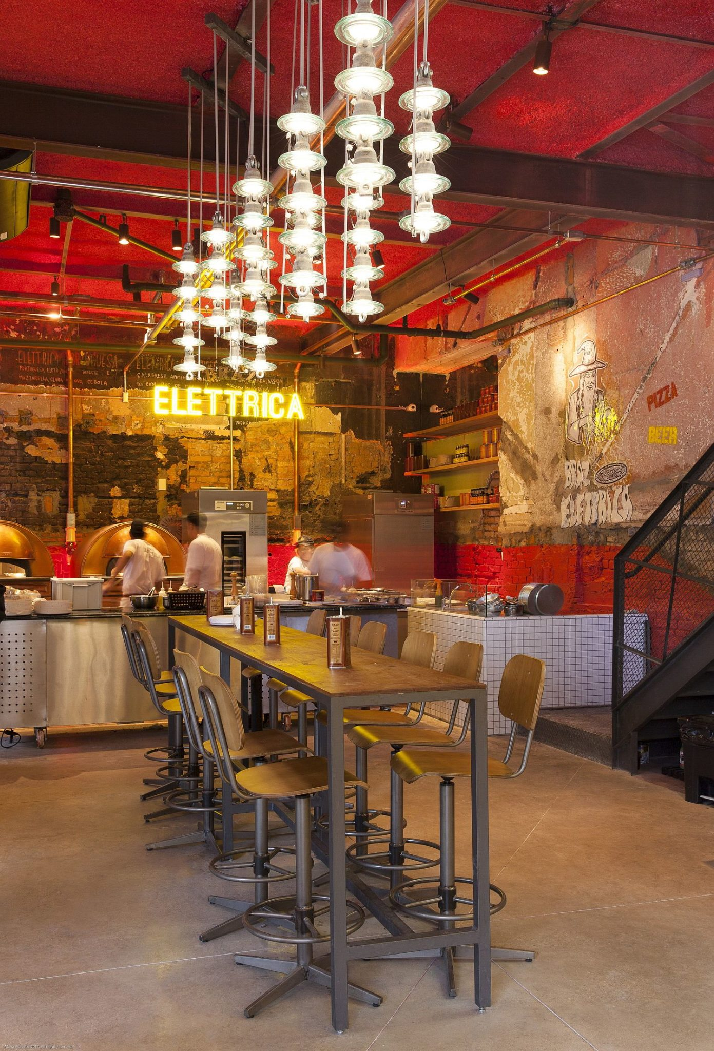 Illuminated-signs-on-the-all-dazzling-lighting-and-textured-walls-create-a-fabulous-pizza-house