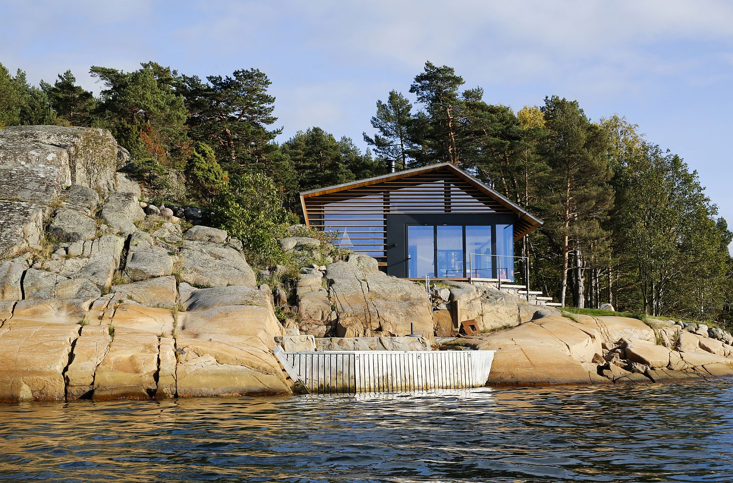 Lovely-cabin-on-the-cost-with-rocky-shore-in-Oslofjord