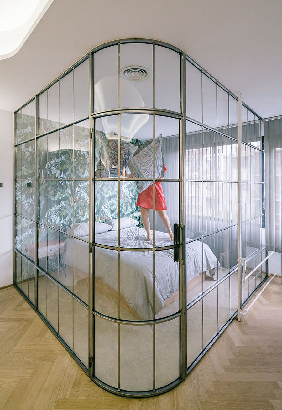 Metallic frame of the glass bedroom chamber also brings dazzle to the apartment