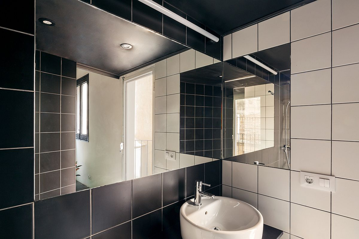 Polished contemporary bathroom in black and white