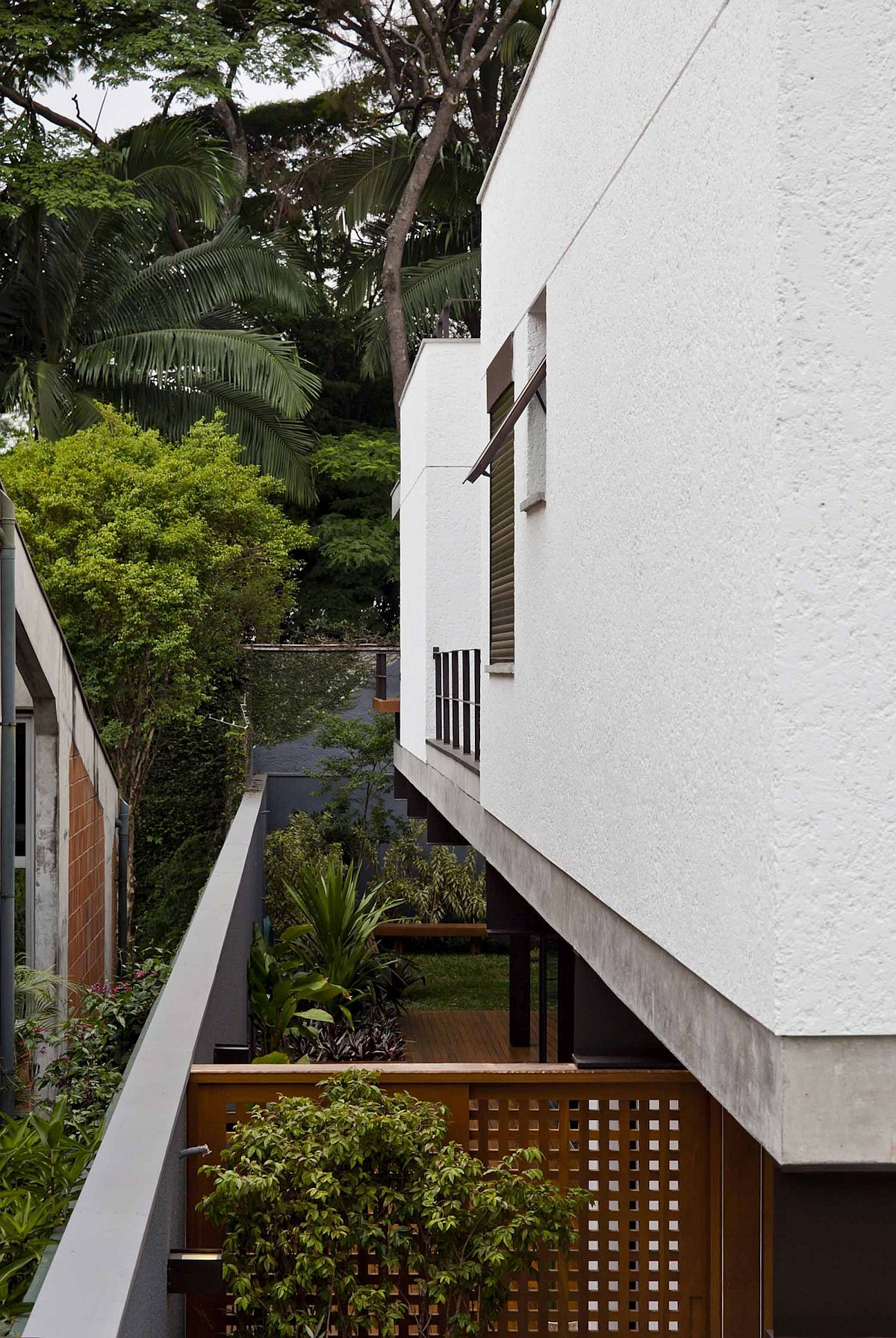 Private-deck-and-garden-at-modern-Brazilian-home