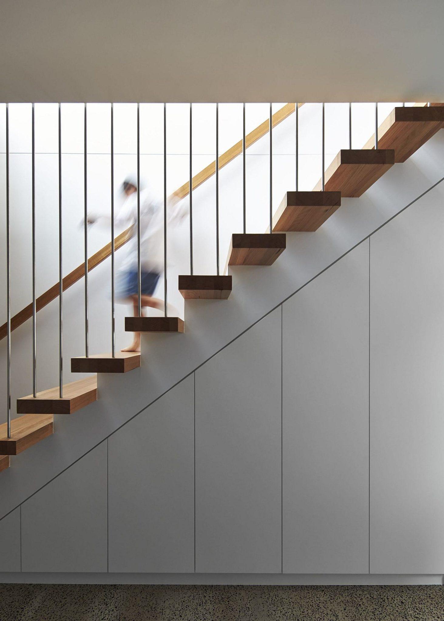 Slim-floating-stairway-leading-to-the-top-floor