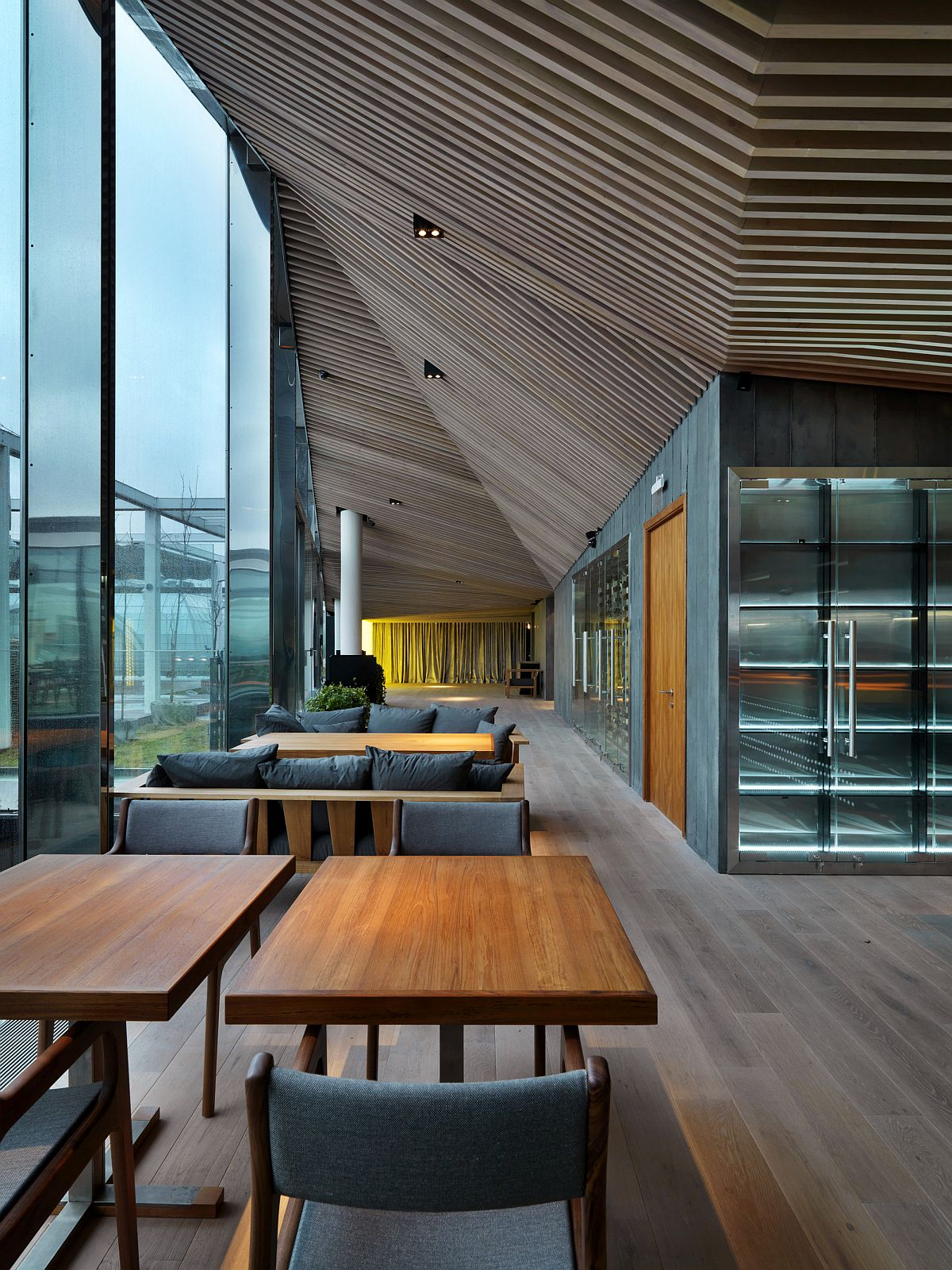 Three-dimensional geometric design of the wooden ceiling brings contrast and elegance
