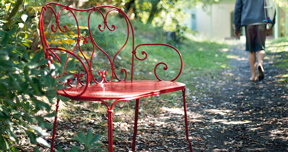 Vivacious-red-bench-takes-you-back-in-time