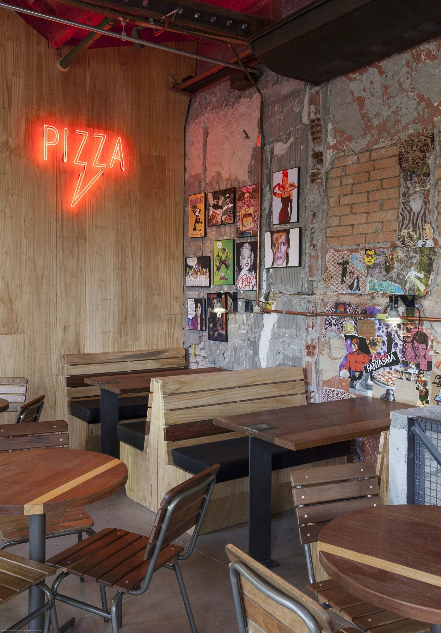 Wooden-decor-inside-the-pizza-house-designed-to-maximize-space