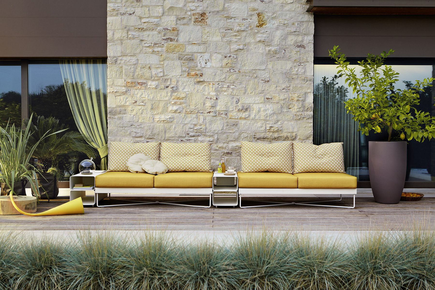 A touch of yellow to revitalize your poolside deck