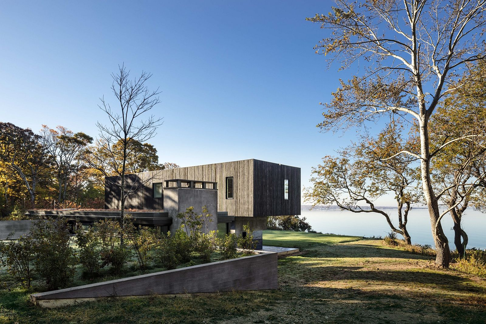 Cantilevered-upper-level-of-the-house-with-Bay-views