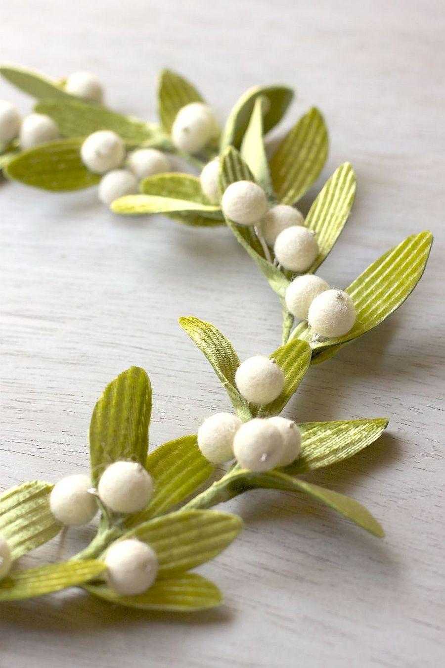 Closer look at the DIY Mistletoe Wreath