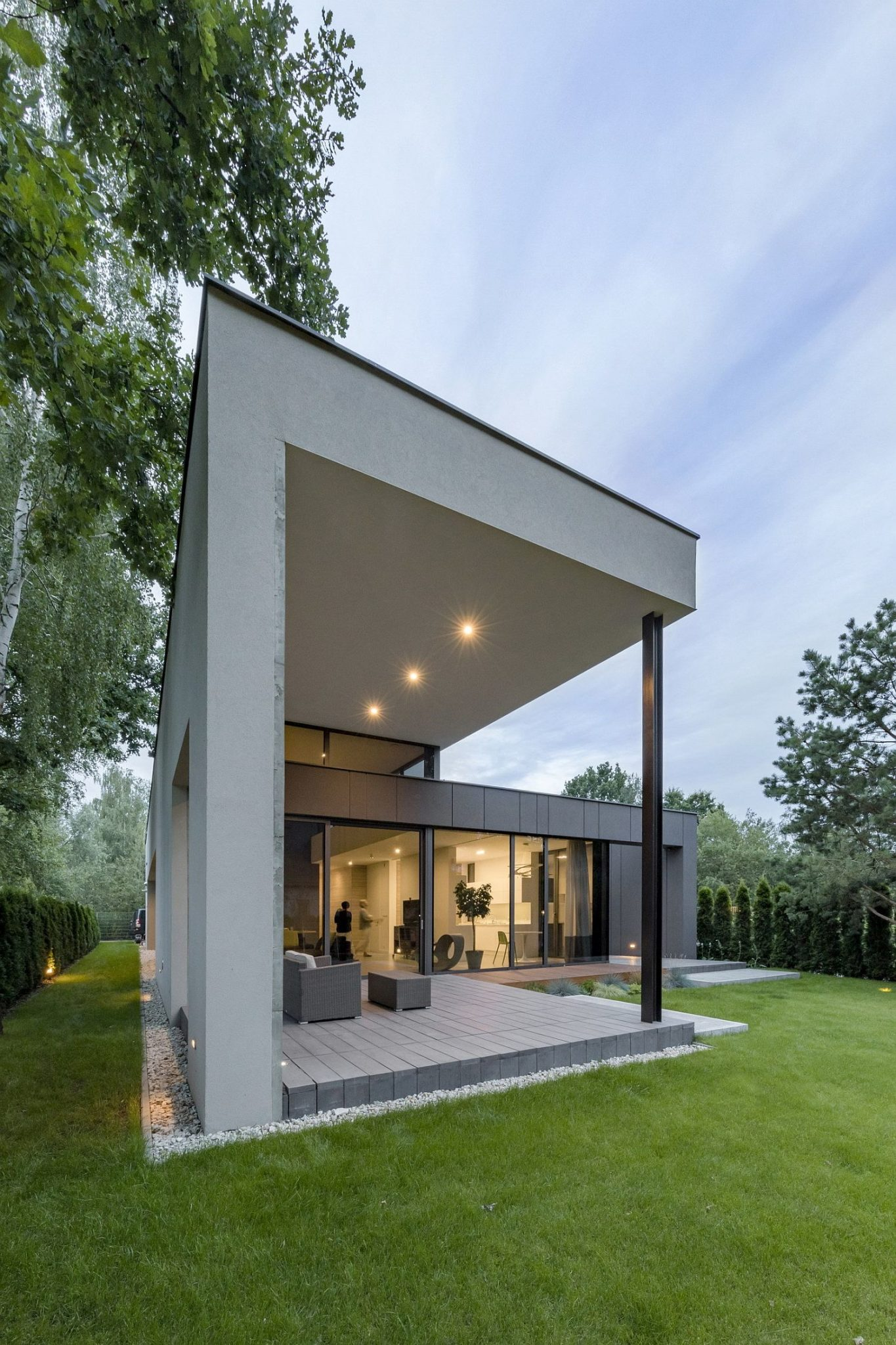 Covered-deck-with-outdoor-seating-flows-into-the-spacious-garden