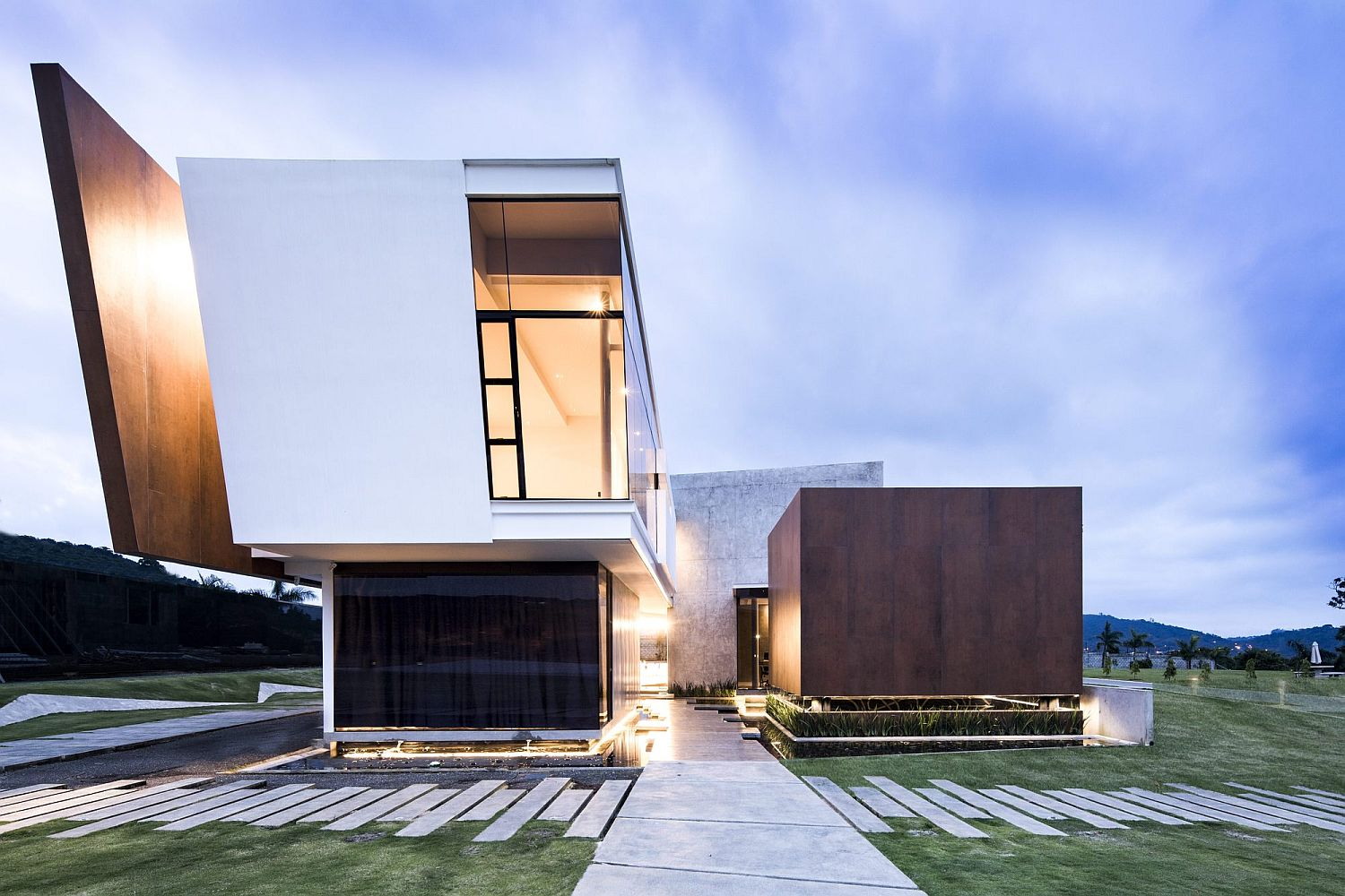 Creative-design-of-the-contemporary-home-deals-with-the-cubic-form