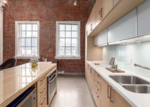 Exposed-brick-wall-also-gives-the-kitchen-a-fabulous-modern-industrial-look-217x155