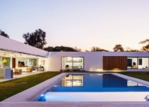 Open-living-area-at-the-center-and-the-bedrooms-in-the-corer-open-up-into-the-central-pool-area-217x155