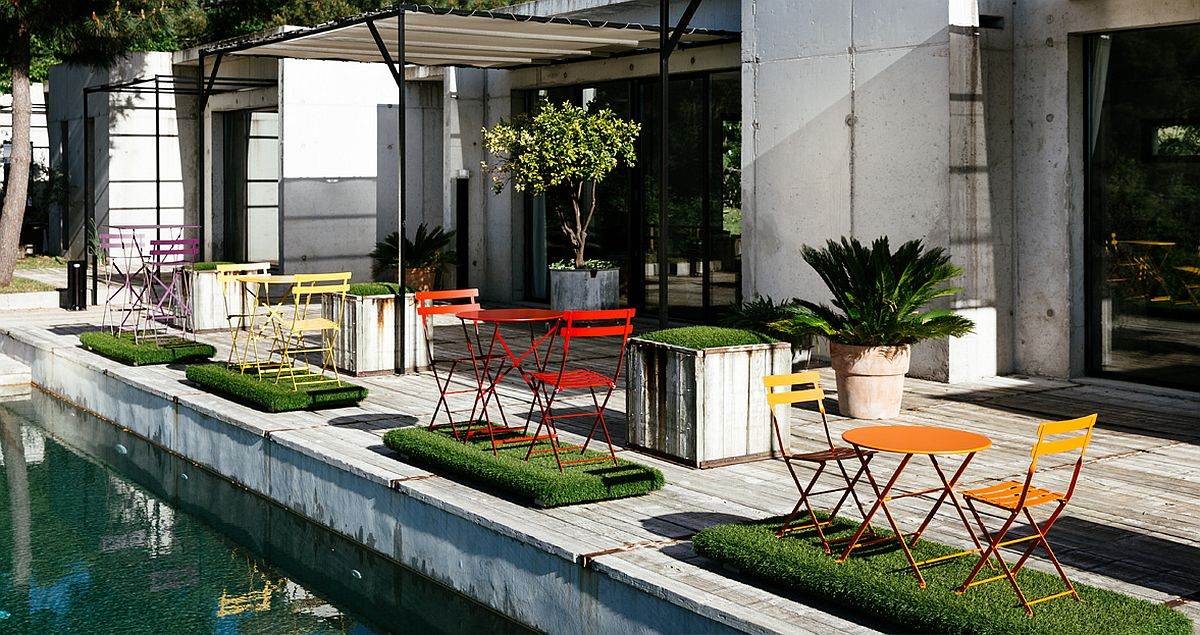 Perfect and timeless chairs for the poolside retreat