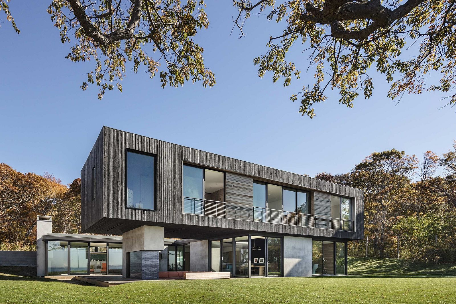 Rear-facade-of-the-Shore-House-that-opens-to-the-Sea-views