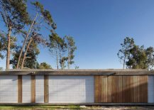 Rear-facade-of-the-house-to-the-south-is-largely-closed-from-the-outdoors-217x155