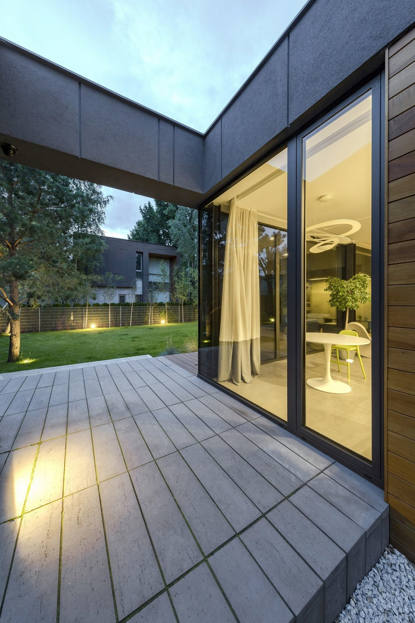 Simple-and-elegant-deck-connected-to-the-living-area-indoors