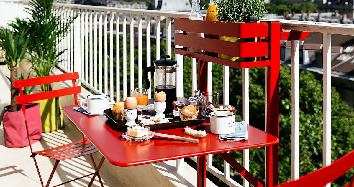Splash of red for the outdoor breakfast zone