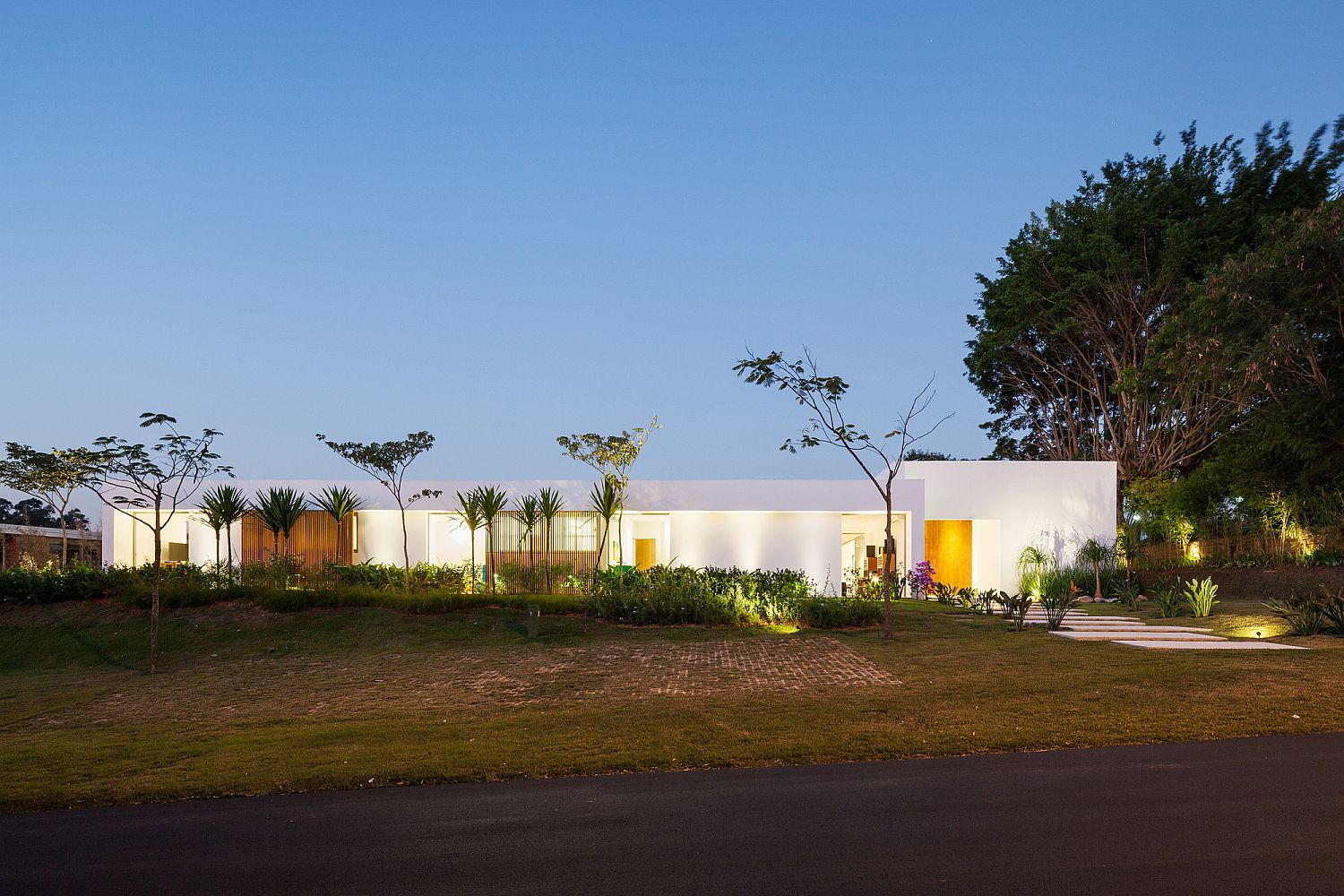 Street-facade-of-the-private-family-house-in-Itu-Brazil