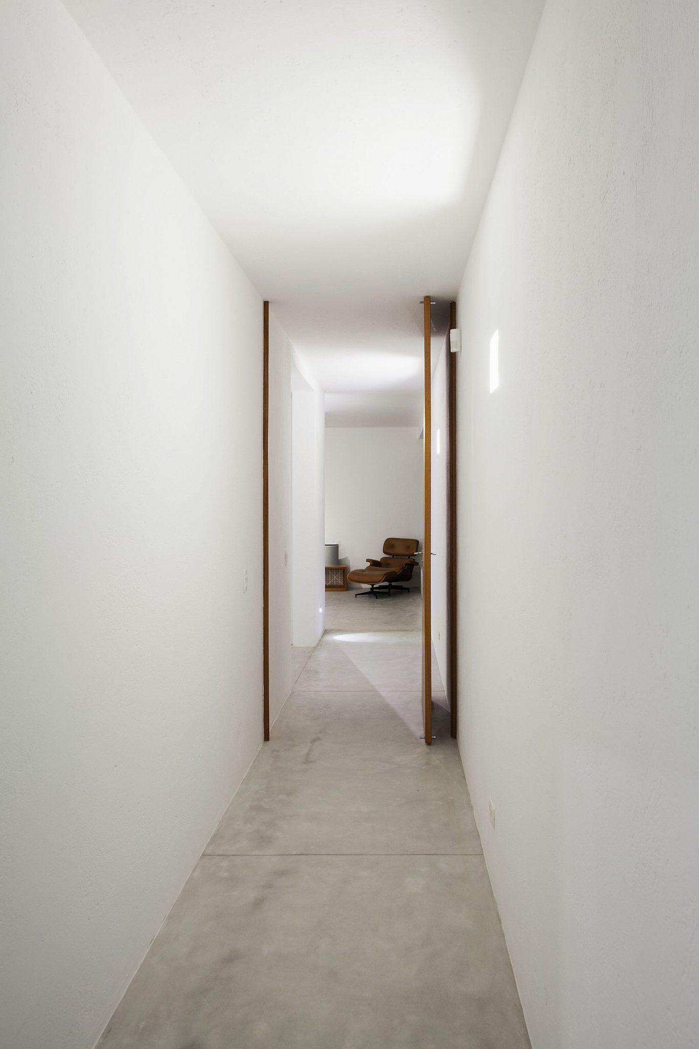 White and narrow corridor of the Brazilian home