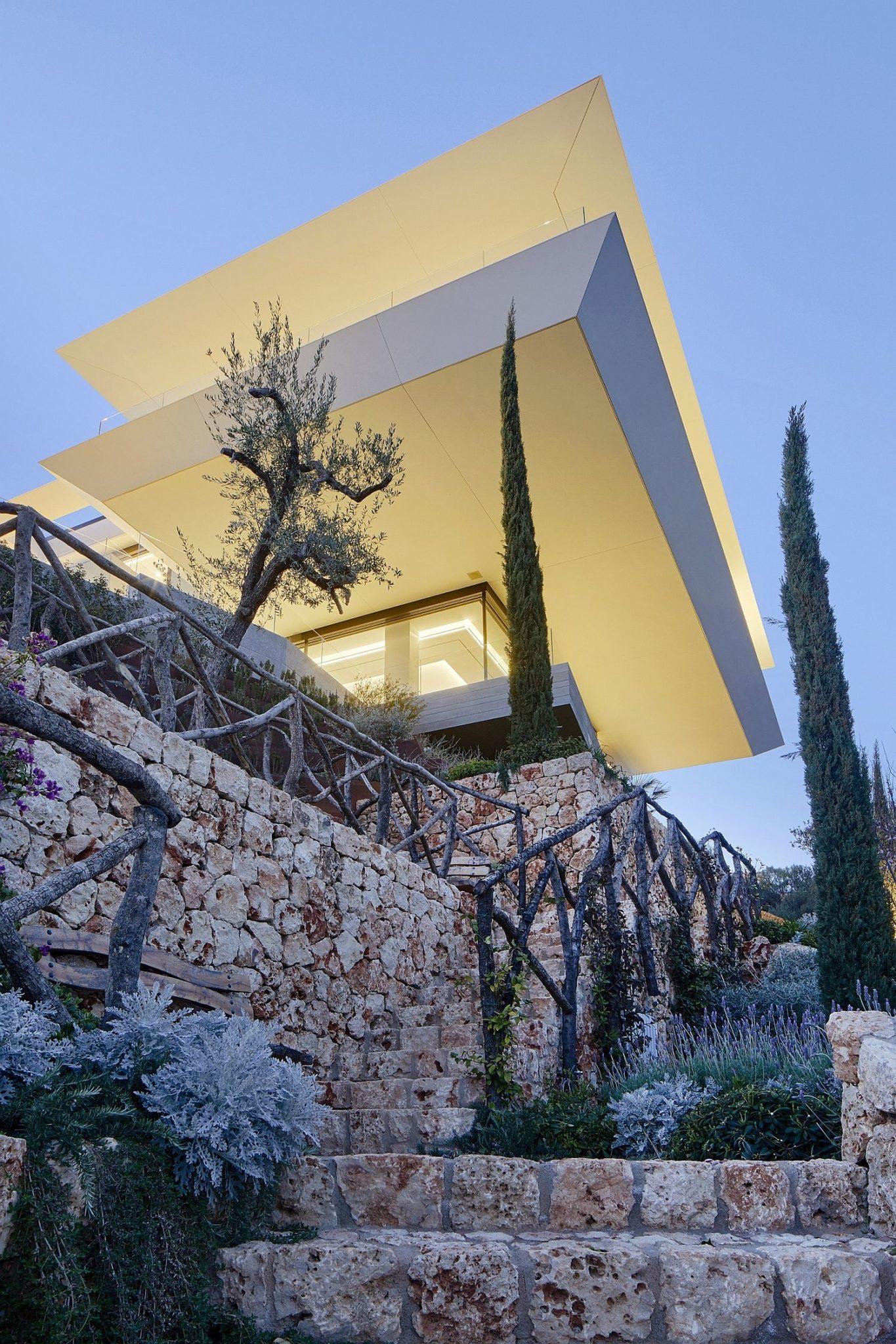 Beautiful-Mediterranean-garden-surrounds-the-minimal-contemporary-house