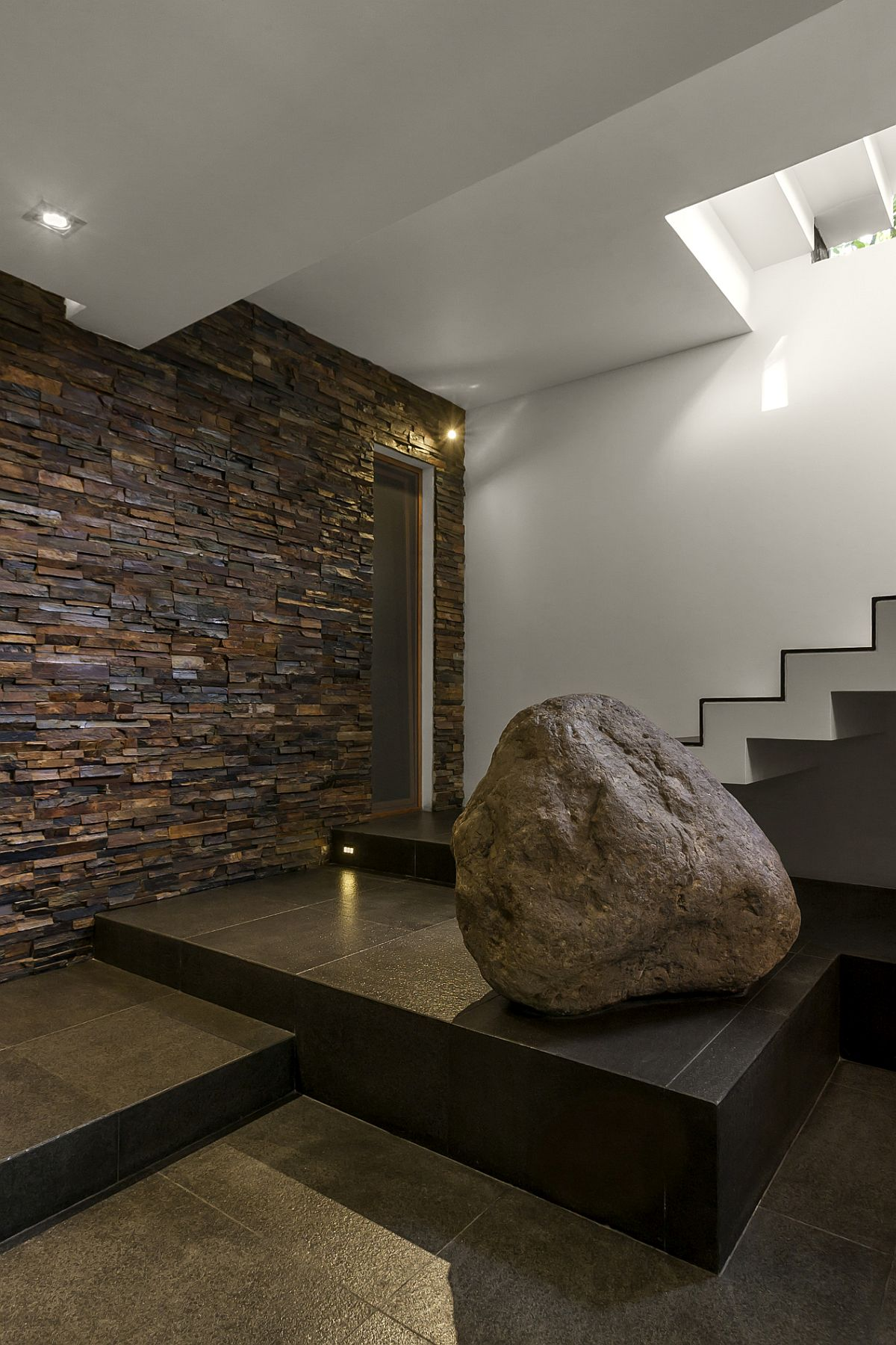 Contemporary-home-with-stone-accent-wall-at-the-entrance